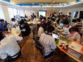 ハッカソンにはプログラマーやデザイナー、学生などが参加し、腕を競い合った(25日、東京都渋谷区)