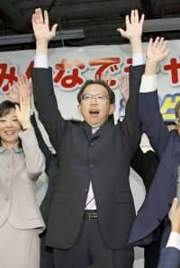 福島県知事選で当選を決め、万歳する内堀雅雄氏(26日夜、福島市)=共同