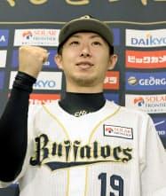 沢村賞に選ばれ、記者会見でポーズをとるオリックスの金子千尋投手(27日、神戸市のほっともっと神戸)=共同