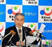 記者会見で再稼働同意を表明する薩摩川内市の岩切秀雄市長(28日、市役所で)