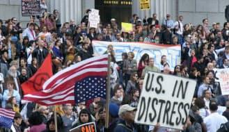 収益競争に明け暮れたウォール街の金融機関に人々の怒りが爆発し、デモは一万人規模まで膨らんだ(2011年10月)