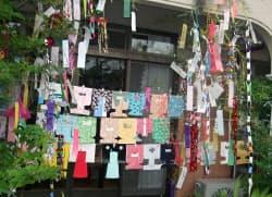 紙製の着物をササにつるす兵庫県南部の「初七夕」=日本玩具博物館提供
