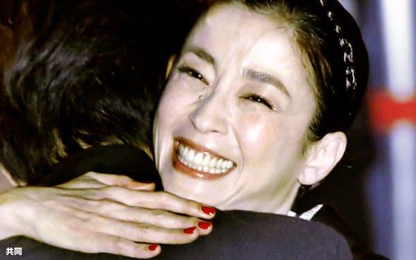 第27回東京国際映画祭の授賞式で最優秀女優賞に選ばれ、吉田大八監督と抱き合って喜ぶ宮沢りえさん(31日夜、東京・六本木)=共同