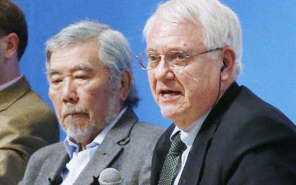 富士山会合の総括をするジョン・ハムレCSIS所長(右)と野上義二・日本国際問題研究所理事長(2日午後、神奈川県箱根町)