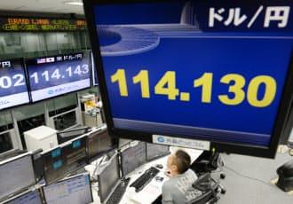 1ドル=114円台で取引される外為市場(4日未明、東京都港区の外為どっとコム)