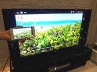 ソニーは入り口から出口まで、トータルな4K環境の整備を急ぐ。最新スマホ「エクスペリアZ3」は4K動画の撮影が可能で、4Kテレビ「ブラビア」にケーブルで直結して手軽に動画を出力できる工夫がある