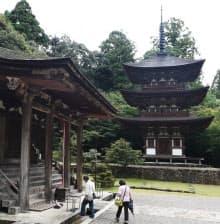 国宝に指定されている三重塔(右)と本堂
