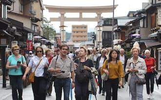 古い町並みを散策する外国人観光客(岐阜県高山市)