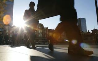 通勤風景(東京・丸の内)。雇用、失業率、求人、サラリーマン