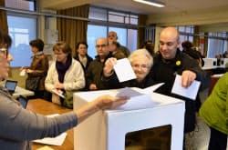 スペイン北東部カタルーニャ自治州で分離・独立の是非を問う「投票」が実施された(9日、バルセロナ)=共同