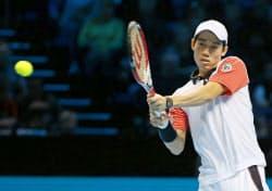 テニスATPファイナルでアンディ・マリーに勝利した錦織圭(9日、ロンドン)=共同