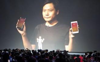 北京小米科技の急成長はサムスンやソニーの経営を直撃している(7月、新型スマホを発表する小米の雷CEO)