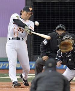 仙台で行われた巨人と阪神のOB戦に出場した松井秀喜氏。4打数4安打と大活躍した(16日、楽天Koboスタジアム宮城)=共同
