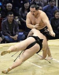 大相撲九州場所8日目、鶴竜がはたき込みで勢を下し単独トップを堅持した(16日、福岡国際センター)=共同