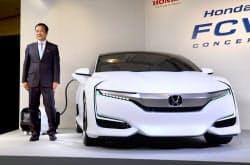 新型の燃料電池自動車「FCV コンセプト」を発表するホンダの伊東社長(17日午後、東京都港区)