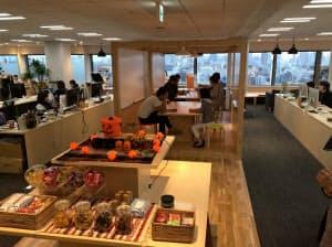 食べ物や飲み物が豊富に並ぶオフィス。キッチンでは主婦目線を磨くため社員が料理に励む