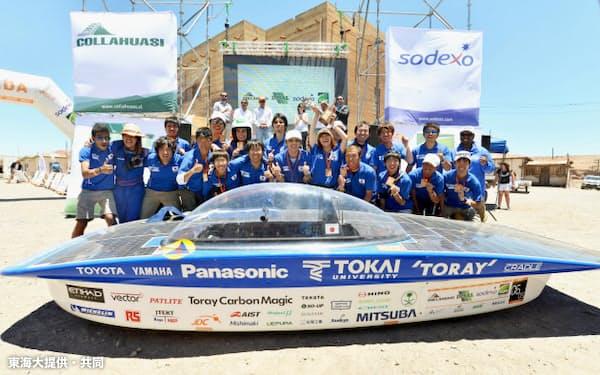 チリで行われたソーラーカーレース「カレラ・ソーラー・アタカマ」に初参戦し、優勝した東海大チーム(18日)=東海大提供・共同