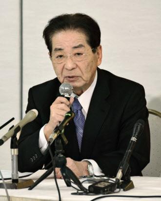 記者会見で、衆院選で徳島1区からの不出馬を表明する民主党の仙谷由人元官房長官(18日夜、徳島市)=共同