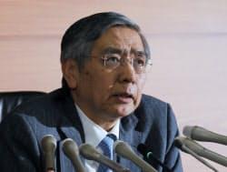 記者会見する日銀の黒田総裁(19日、日銀本店)