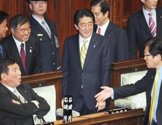 21日、衆院本会議に臨む安倍首相