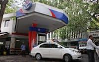 モディ政権は、インド国内で自動車向けなどで需要があるディーゼルの価格統制を撤廃した(ムンバイ市内のガソリンスタンド)