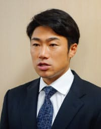 ヤクルトから巨人へFA移籍することを表明した相川亮二捕手(21日、東京都港区のヤクルト球団事務所)=共同
