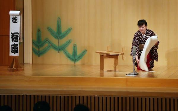 舞台の座布団などを置き換える天満天神繁昌亭のお茶子さん(大阪市北区)