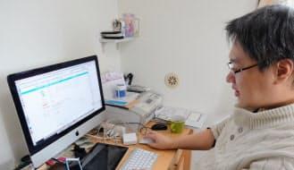 自宅マンションの一室がオフィス。1日中、マックの前に座り続けてゲーム制作に没頭する日もある。