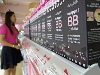 地元ブランド「キャシードール」には韓国語や英語での表記も(バンコク郊外の小売店)