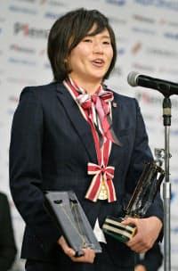 最優秀選手賞に選ばれ、笑顔でスピーチする浦和の後藤三知(25日、東京都内のホテル)=共同