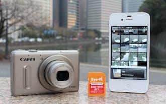 無線機能付きメモリーカード(中)を使えば、撮影した写真をその場でスマホに転送できる