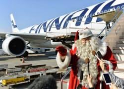 フィンランドから成田空港に到着したサンタクロース。12月24日まで滞在し、子どもらと交流する(28日)=共同