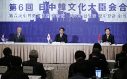 日中韓文化大臣会合を終え、記者会見する下村文科相(中央)ら(30日午前、横浜市西区)