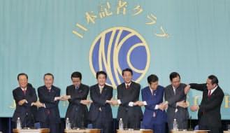 党首討論会で握手する各党の党首(1日午後、東京都千代田区)
