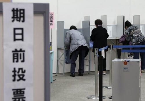 期日前投票で投票用紙に記入する有権者(2014年12月、大阪市淀川区)