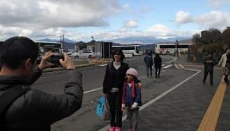 大涌谷を訪れるアジア系外国人観光客のお目当ては富士山の眺望