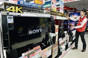 ソニーのブラビア/KD-49X8500Bなどの4Kテレビが並ぶ売り場(東京都新宿区のビックカメラ新宿西口店)