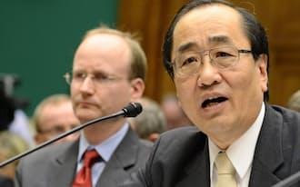米議会の公聴会に出席したタカタ幹部の清水博・品質保証本部シニアバイスプレジデント(右)=3日、ワシントン(UPI共同)