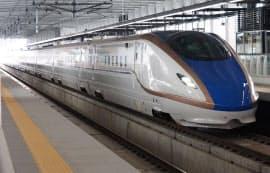 試運転で長野県のJR飯山駅に到着した北陸新幹線のE7系(8日)=共同