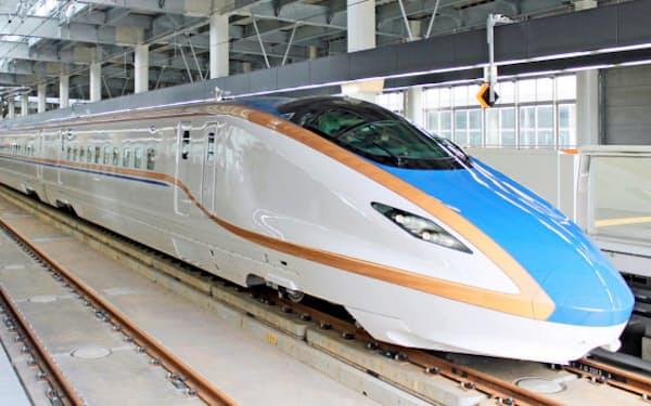 北陸新幹線の営業運転用車両「W7系」(JR金沢駅)