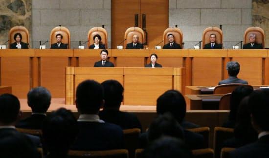 参院選「1票の格差」訴訟の判決に臨む最高裁の裁判官ら(2014年11月26日)