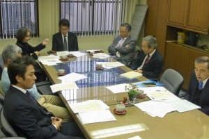来年発行の号の内容を話し合う消費者法ニュースの編集会議(大阪市北区)