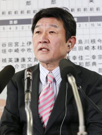 テレビのインタビューで選挙情勢について話す茂木選対委員長(14日夜、自民党本部)