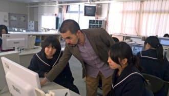 「伝説の店長」の近藤武志(中央)の指導に学生は真剣に耳を傾ける