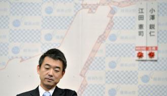 維新の党の開票センターで、記者会見する橋下共同代表(14日午後9時前、大阪市内のホテル)=共同