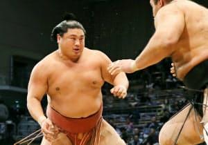 目まぐるしく動き回る相撲は存在感を放つ