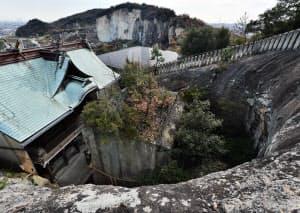 裏山に登ると、岩盤を掘り込んで造形された状況が一目瞭然(兵庫県高砂市)
