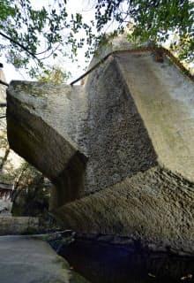生石神社に伝わるご神体「石の宝殿」。背面に屋根形の突起がある(兵庫県高砂市)