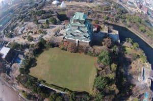 大阪城天守閣に隣接する大手前配水池。サッカー場のような広い芝生に水槽が埋まっている