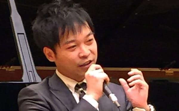 自身の作風について詳しく語る酒井健治(2014年12月13日、広島市中区のアステールプラザで)